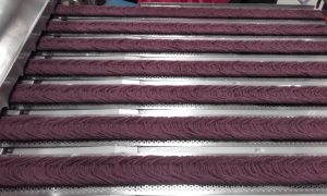 Checking plied yarn for colour consistency